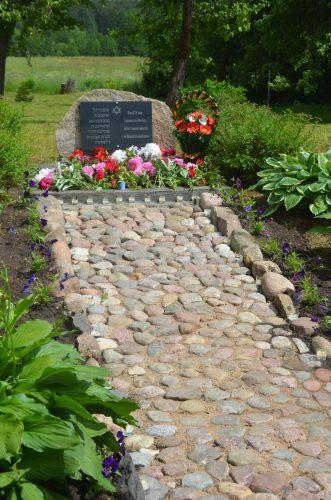 Камень Памяти жертв нацизма деревни Городок